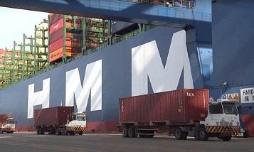 Самый большой в мире контейнеровоз в китайском порту
